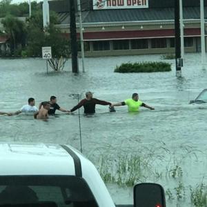 human-chain-hurricane-harvey-houston-texas-